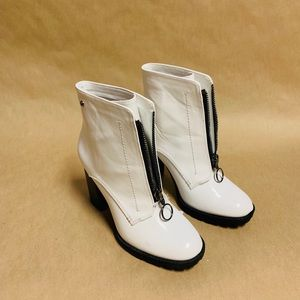 Women's white boots size 8.5 by simply Vera wanG